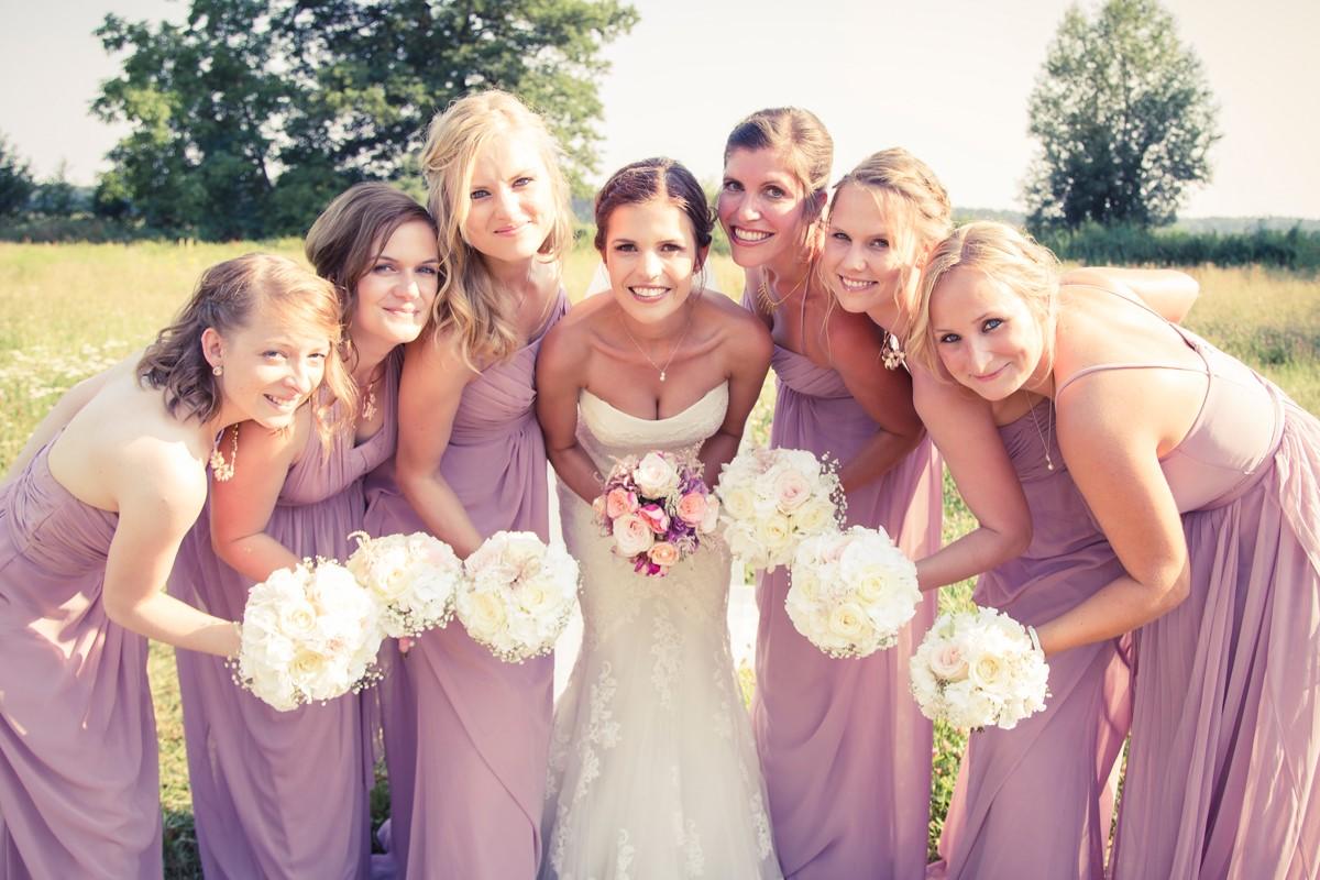 8631fa9ce77817 Trauzeugen und Brautjungfern haben eine besonders enge Bindung zur Braut  und zum Bräutigam, sie teilen die schönsten Momente mit ihnen und ...